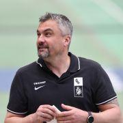 Thomas Reis steht als Cheftrainer des VfL Bochum im Stadion. (Foto)