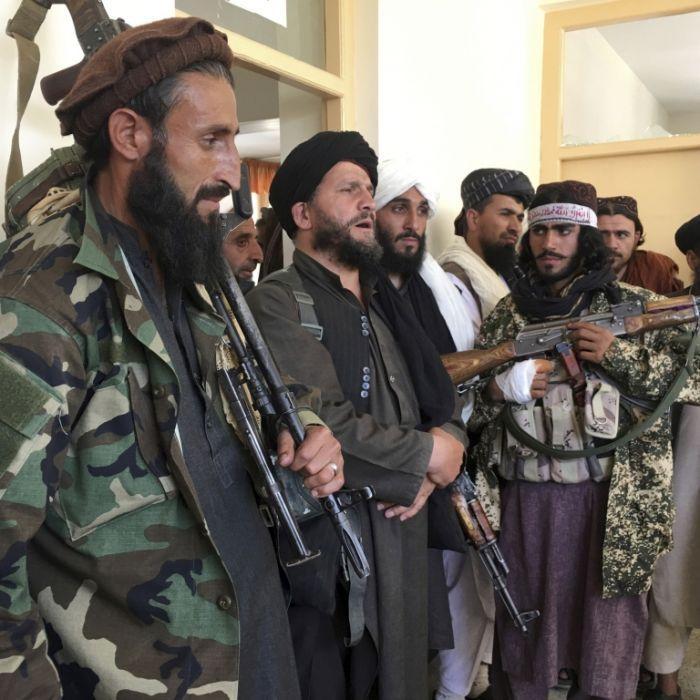 Taliban vergnügen sich beim Tretboot-Fahren (Foto)