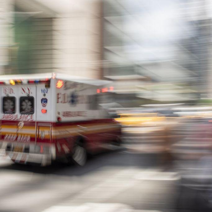 Halbnackte Frau stürzt von Balkon und kracht auf Auto (Foto)