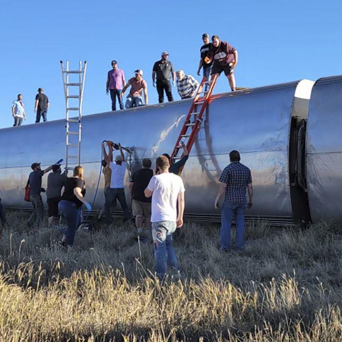 Fernzug entgleist und umgekippt - mindestens 3 Tote und 50 Verletzte (Foto)