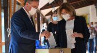 Verstoß gegen die Wahlregeln? NRW-Ministerpräsident und Unions-Kanzlerkandidat Armin Laschet und seine Frau Susanne geben ihre Stimmzettel zur Bundestagswahl falsch gefaltet ab. (Foto)