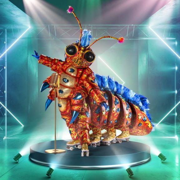 """""""The Masked Singer"""" 2021: Raupe Resi entzückte das Publikum im Pailettenkostüm auf acht Rollschuhen. (Foto)"""