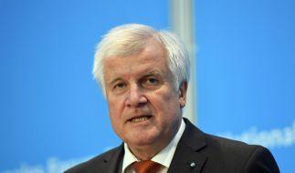 Abgelehnte Asylbewerber abzuschieben sei fast unmöglich, meint Horst Seehofer (Foto)
