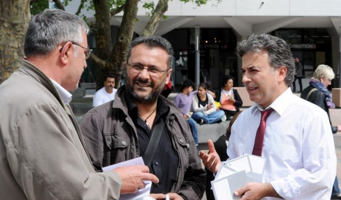 Abgeordneter verteilt Grundgesetze auf Marktplatz (Foto)