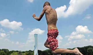 Abkuehlung im Schwimmbad (Foto)