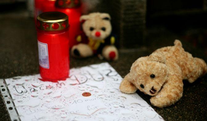 Abschiedsbrief und Kerzen: Jährlich sterben über hundert Kindern an den Folgen von Vernachlässigung und Gewalt. (Foto)