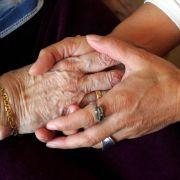 Absicherung für den Pflegefall spielt im Rentenalter eine besondere Rolle.