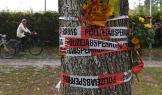 Absperrband mit Blumen an einem Baum: Im Fall der getöten Studentin (19) hat die Polizei einen Tatverdächtigen gefasst. (Foto)