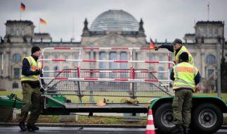 Absperrgitter vor dem Reichstag - aber die wenigsten hier fürchten sich. (Foto)
