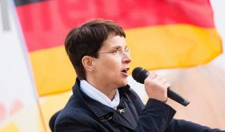 AfD-Chefin Frauke Petry fordert Waffengewalt gegen Flüchtlinge. (Foto)