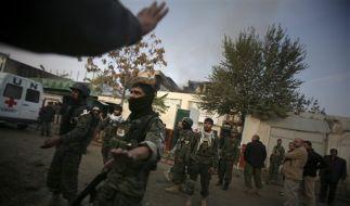 Afghanische Soldaten vor dem UN-Gästehaus, das von den Taliban angegriffen wurde. (Foto)