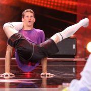 Akrobat Stefan ist mehr als gelenkig: Er verdreht seine Arme und Beine, bis er zum menschlichen Knote wird.