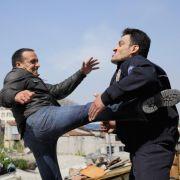 Viele der Stunts machen die Schauspieler selbst. Da ist von Erdogan Atalay schon mal voller Körpereinsatz in schwindelerregender Höhe gefragt.