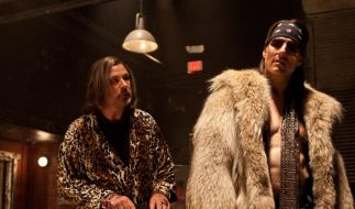 Alec Baldwin (links) als Dennis Dupree und Tom Cruise als Stacee Jaxx drehen in Rock of Ages richig auf. (Foto)