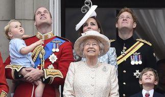 """Alljährlich nimmt Queen Elizabeth II. ihre Geburtstagsparade """"Trooping The Colour"""" in der Nähe des Buckingham Palastes ab. (Foto)"""
