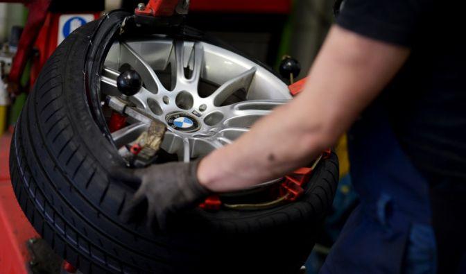 """Als Faustregel für den Reifenwechsel auf Sommereifen gilt """"von O bis O"""", von Ostern bis Oktober. Erst ab etwa sieben Grad Celsius sollte man von Winterreifen auf die Sommervariante wechseln. (Foto)"""
