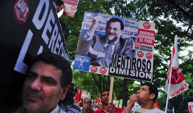 Als «Lügner» wird Präsident Mariano Rajoy auf diesem Plakat bezeichnet, die Demonstranten fordern seinen Rücktritt. Der harte Sparkurs werde auf dem Rücken der Bevölkerung ausgetragen. (Foto)