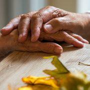 Alzheimer-Patienten sind auf fremde Hilfe angewiesen. (Foto)