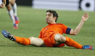 Am Boden liegend, ganz schön zerkocht: Mark van Bommel. (Foto)