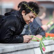 Am Internationalen Tag der Sinti und Roma werfen sie Tulpen in den Berliner Landwehrkanal.