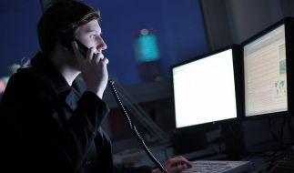 Am Rechner bis spät in die Nacht - die meisten Deutschen leisten Überstunden. (Foto)