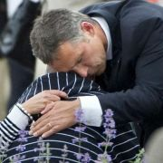 Am Tag nach dem Massaker trauert Norwegens Ministerpräsident Jens Stoltenberg mit den Angehörigen.