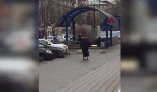 Amateuraufnahmen zeigen, wie die Frau mit dem Kinder-Kopf durch Moskau läuft. (Foto)