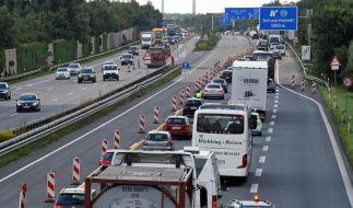 An einer Autobahn-Baustelle sollte man mit Bedacht fahren und Abstand halten. (Foto)