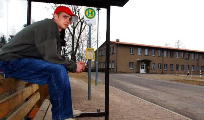 An der Bushaltestelle (Foto)