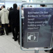 An mehreren deutschen Flughäfen hat am frühen Montagmorgen das Sicherheitspersonal seine Arbeit niedergelegt. Für Fluggäste heißt das: warten.