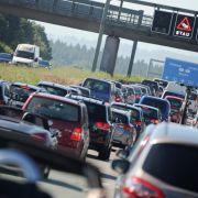 An Fronleichnam wird es eng auf Deutschlands Straßen. (Foto)