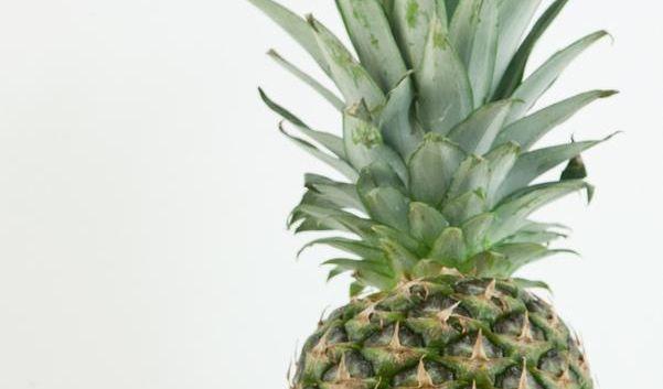 Ananas vor dem Verzehr am besten in vier Teile teilen (Foto)
