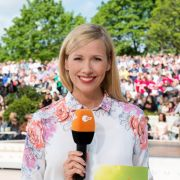 Andrea Kiewel präsentiert den ZDF-Fernsehgarten. (Foto)