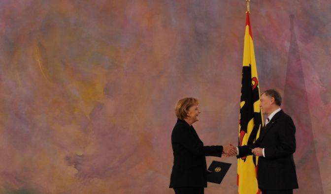 Angela Merkel nimmt von Bundespräsident Horst Köhler ihre Amtsurkunde entgegen. (Foto)