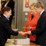 Bundeskanzlerin Angela Merkel wählt - und schweigt (Foto)