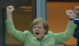 Angela Merkel will auch im Finale mit der deutschen Mannschaft jubeln - wie hier im Viertelfinale gegen Griechenland. (Foto)