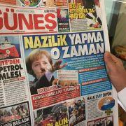 Skandal! Türkische Zeitung zeigt Merkel mit Hitler-Bart und Nazi-Gruß (Foto)