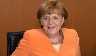 Angela Merkel zeigt ein strahlendes Lächeln - aber warum in aller Welt trägt sie gerade heute Orange? (Foto)