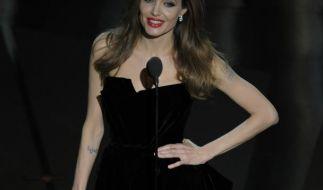Angelina Jolie zeigt viel Bein (Foto)