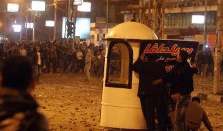 Anhänger und Gegner von Präsident Mursi lieferten sich die ganze Nacht hindurch Straßenschlachten. (Foto)