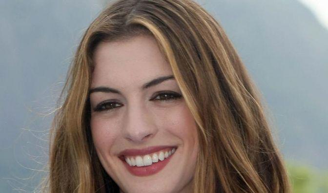 Anne Hathaway kichert über Batman (Foto)
