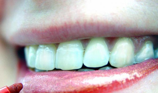 Anti-Aging-Creme als Unterlage für Lippenstift (Foto)