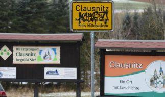 """""""Antifa"""" ist auf dem Ortsschild von Clausnitz zu lesen. (Foto)"""