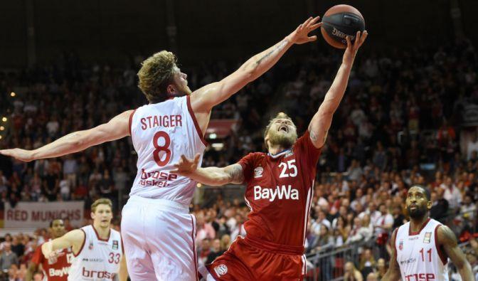 Anton Gavel (r.) von Bayern und Lucca Staiger von Bamberg (l.) kämpfen um den Ball. (Foto)