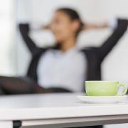 Arbeitnehmer sollten hin und wieder eine kurze Pause einlegen. Dadurch schützen sie sich vor einem Burn-out. (Foto)