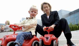 Arbeitsministerin Ursula von der Leyen posiert auf dem Bobbycar. (Foto)