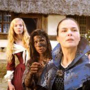 Aschenputtel (Aylin Tezel, Mitte) hat zu wenig Taler gebracht und wird von Stiefmutter Barbara (Barbara Auer, vorn) und Annabella (Pheline Roggan) zur Rede gestellt.