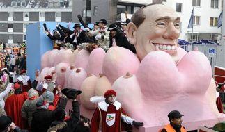 Auch im Kölner Karneval war Berlusconi ein Thema, eingebettet in weibliche Brüste. (Foto)