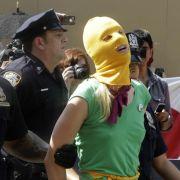 Auch in New York wird vor dem russischen Konsulat gegen das Pussy-Riot-Urteil demonsriert