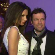 Auf der Berlinale-Party werden Lothar Matthäus und seine Freundin Joanna von Fotografen und TV-Kameras umlagert.